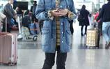 藍盈瑩現身北京機場 藍盈瑩這身休閒牛仔風格遮住了你的好身材