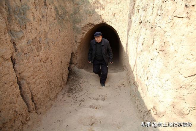 75歲老人60年前花千元建造地坑院至今住著不離開,看裡邊是啥樣