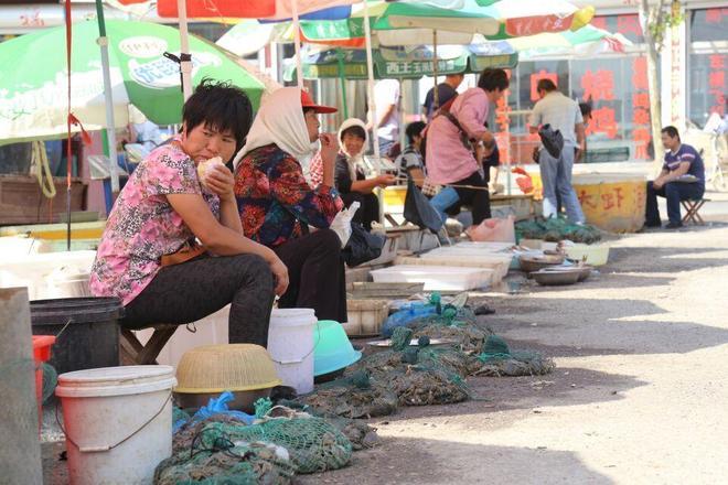 30元買農民大姐40只大閘蟹,農村海產市場真熱鬧,遍地都是稀罕物