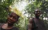 實拍非洲森林部落裡的女孩,她們結婚早,不到20歲就當奶奶了