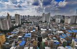實拍南寧居民住宅貧富差距,綠帽子樓與豪宅成強烈視覺衝擊,震撼