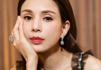 52歲李若彤同臺19歲歐陽娜娜,同穿吊帶裙氣質不輸!趙薇又美了