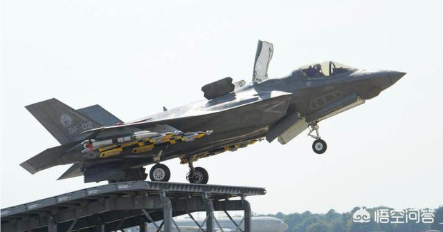 飛機在降落航空母艦時,航空母艦在前進嗎?