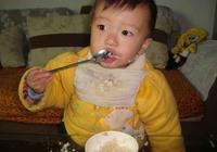 醫生告誡:娃不滿2歲,這3種飯儘量別喂,對生長髮育沒好處