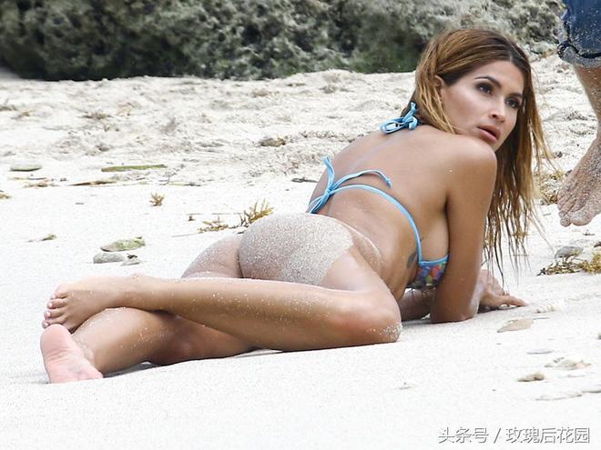 女星模特Juliana海邊度假玩沙很開心,地上滾一身沙顯調皮