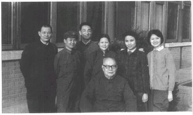 葉文珊,葉劍英女兒,為公司董事長,丈夫是少將,公公是副總理