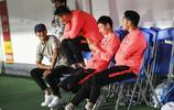 保利尼奧、韋世豪、唐詩在場下觀看中超第6輪廣州恆大的比賽
