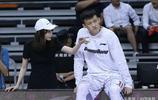 CBA聯賽總決賽關鍵的第四場 周鵬太太為周鵬解壓