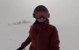 女子聽歌滑雪,卻不知危險來臨,遠處遊客為其捏把汗