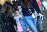 霍思燕打扮俏麗和嗯哼現身機場,兒子帥氣媽媽美麗,杜江人生贏家
