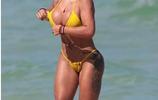歐美女星海邊玩耍,身高不足身材來湊