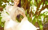 張馨予身穿束腰薄紗裙,表情慵懶氣質嫵媚,網友:眼神太迷人