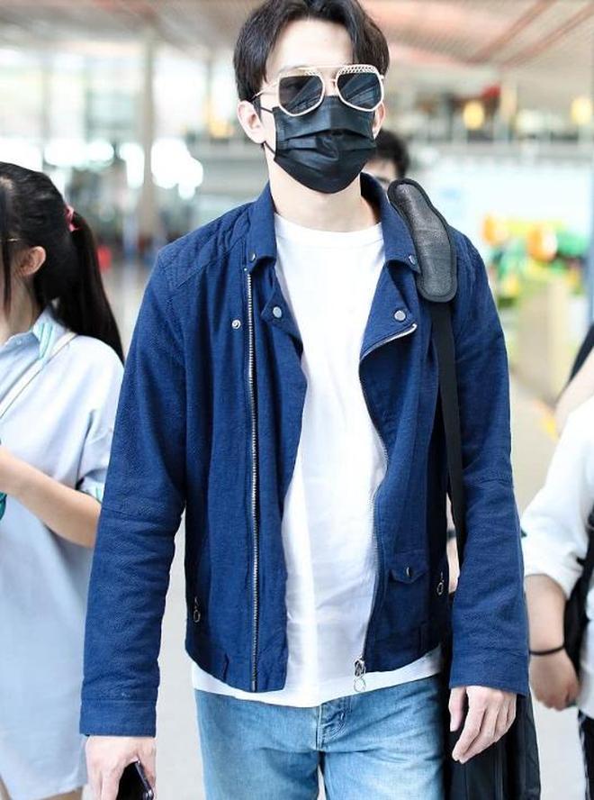 「Dimash」 迪瑪希街拍:深藍色夾克牛仔褲 白球鞋休閒帥氣