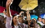"""實拍:泰國前總理經典動作""""一陽指"""",一組圖見證英拉霸氣側漏"""