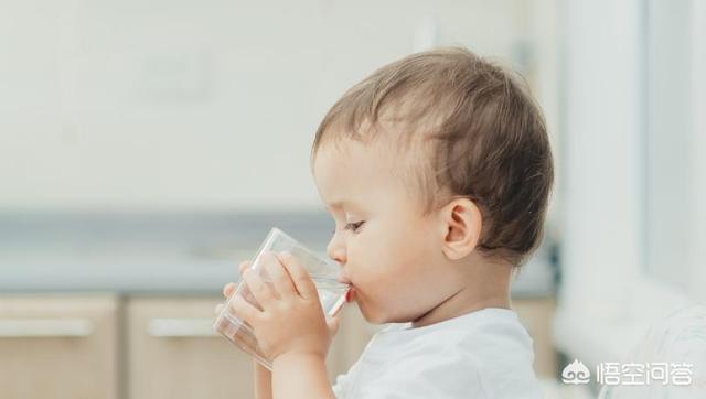 寶寶兩個月咳嗽,支氣管肺炎在醫院住了8天,打水做霧化,回家了還是咳嗽,喉嚨有痰,該怎麼辦?