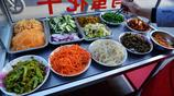 河南大娘賣西安菜夾饃,3.5元竟然有14個小菜,顧客隨便夾管飽吃