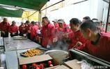 東北農村150桌婚宴開餐前,數十名服務員站著吃盆菜,場面熱鬧