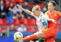 為什麼中國女足都背一張黃牌?是誰設計的這個比賽服?女足球衣後面為什麼設計一個黃牌?
