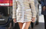 解放大長腿,孝琳條紋西裝裙搭配披肩長髮展現出不同尋常的美
