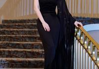 秦嵐火了就是不一樣,穿一身黑色禮裙高級又優雅,美得與眾不同