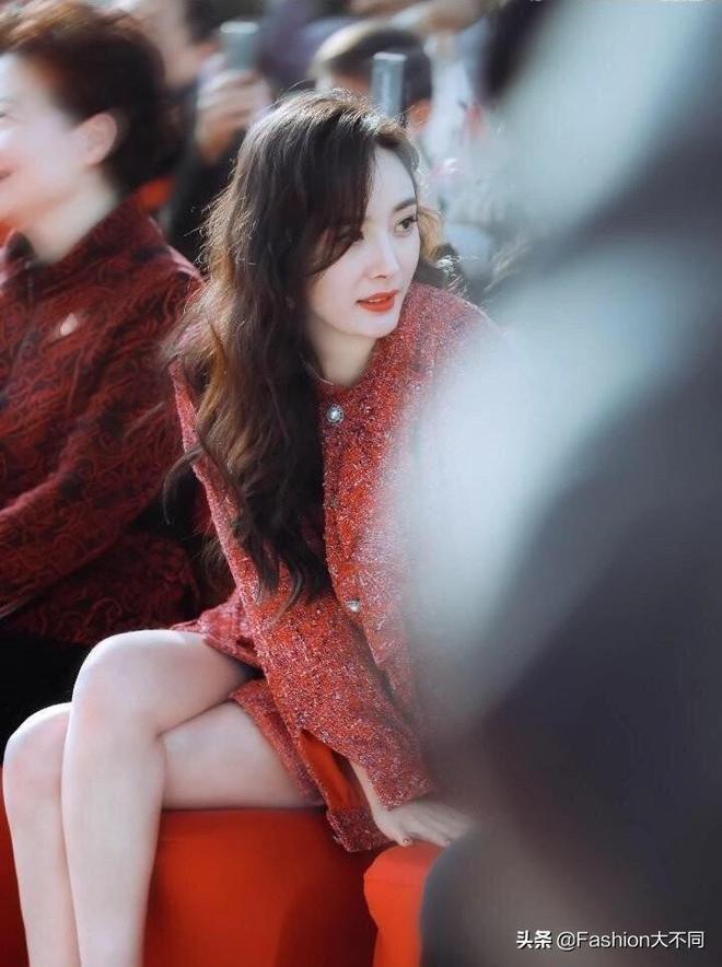 楊冪也太時髦了,換髮型不說還穿紅色格子套裝,果然顏高就是任性