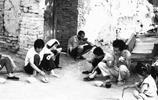 70年代農村吃飯舊照,圖5靠著牆壁吃飯,是否能夠勾起你的回憶?