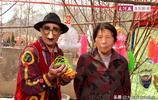 """浪漫! 河南:為了逗病妻開心,75歲老人開""""房車""""邊擺攤邊旅遊"""