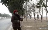 山西農村7旬大媽愛幹活,寒冷天氣也閒不住,看她在公路邊幹啥