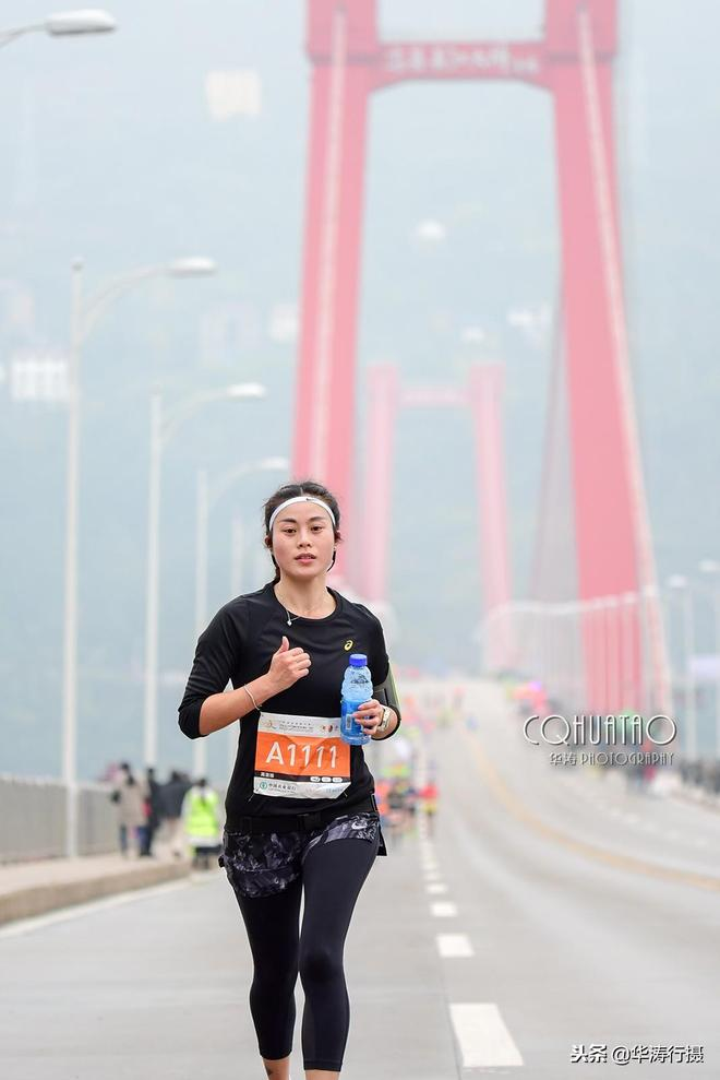 美女跑友扎堆長江三峽馬拉松 重慶忠縣長江大橋上靚麗風景線