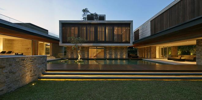 住宅設計:一個水景庭院美了這個內向圍合的U型清水混凝土別墅