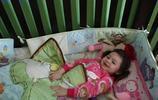 """4歲女孩時時刻刻都在微笑,總是""""笑口常開""""也是一種病"""