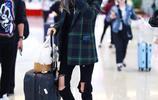 馮薪朵穿格子西服搭配黑色破洞牛仔褲現身機場,皮膚白皙雙腿纖細