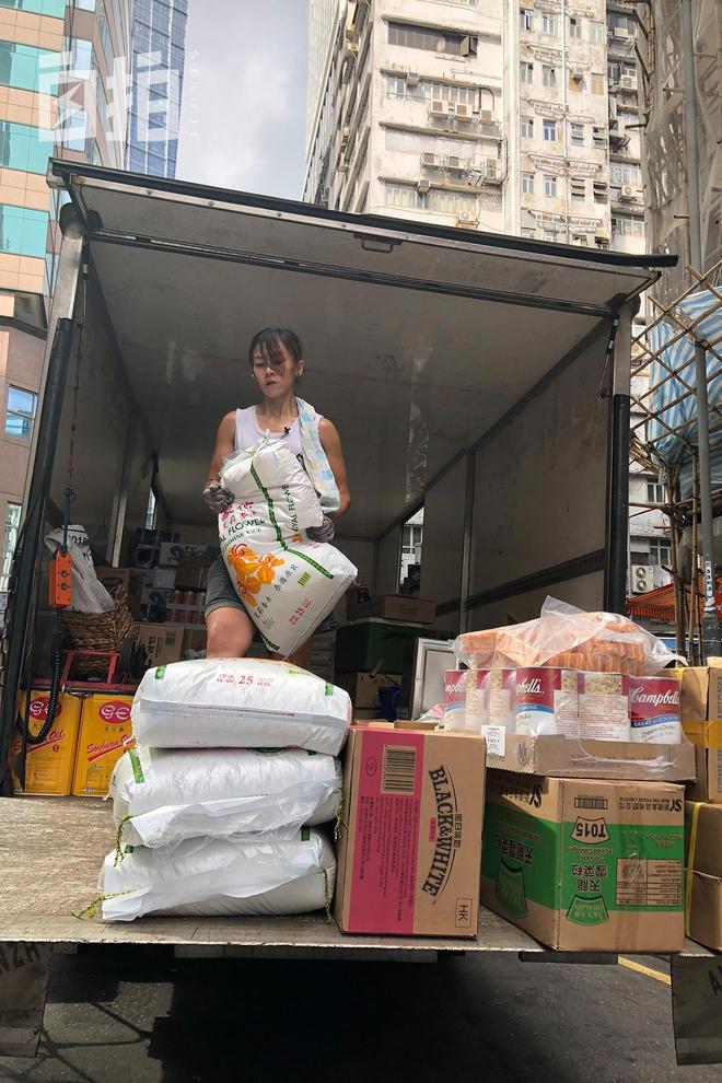 我,30歲,家道中落後在香港做了10年搬運工,因漂亮和敬業走紅