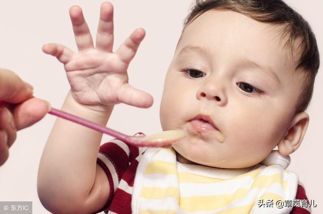 怪不得寶寶輔食越吃越少,因為你犯了這些錯