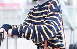 張子楓穿著條紋上衣+黑色長褲現身機場,個性穿搭變身港風少女