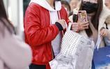 """""""廣平王""""任嘉倫一襲紅衣現身機場陽光帥氣 獲迷妹緊隨跟拍熱聊超親和"""