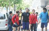 中國女排朱婷訓練結束回酒店遭男粉絲要簽名,網友:張常寧累蔫了