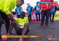 中國馬拉松比賽再惹大爭議!選手被拉停合影,此行為或致猝死