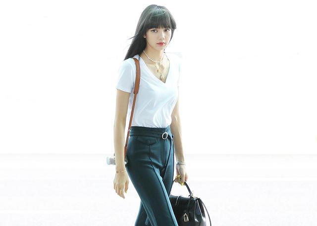 Lisa染回黑髮現身,白T搭配喇叭褲秀出螞蟻腰,兩條腿又細又長