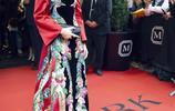35歲的李宇春穿中國風孔雀長裙,再度成為焦點女王,人和裙都好酷