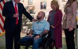 唐納德·特朗普親自為斷腿士兵頒佈勳章