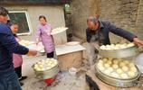 農村5旬大媽返鄉用大鐵鍋做一種美食,1個賣1元,1天賣400元