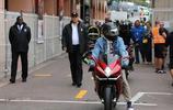 這哥也太酷了吧!漢姆爾頓騎摩托前往賽場搶足風頭