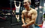 七旬老人不服老練就一身腱子肉,每天吃5個雞蛋雷打不動