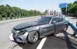 富二代200多萬買的奔馳 AMG GT S,耍酷發生意外,下車後說這車馬力太大,甩尾了!