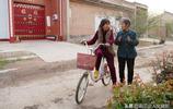 山西74歲農村老人趕集賣農具,用一個小把戲做廣告,日賺400元