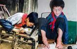 農村無臂小夥靠雙腳開網店 每天發貨上百單 帶20多戶村民致富