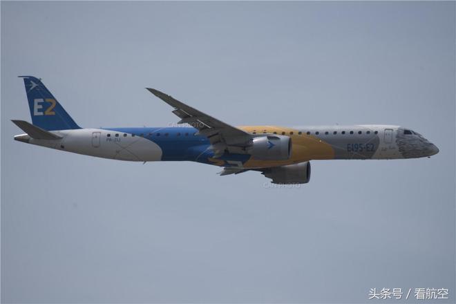 巴黎航展上巴航工業E195-E2進行飛行表演