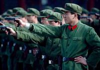 解放軍最特殊軍常服,沒有軍銜只有紅五星、紅領章,象徵一個時代