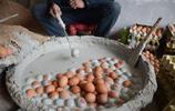 河南小夥用土法做變蛋,一天能變上萬個,一個能掙一毛錢